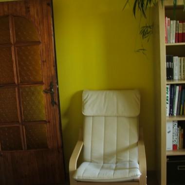 Drewniane drzwi z lat 80-tych gdy obowiązkowo w przedpokojach kładziono boazerię - którą uwielbiam i wygodny fotel do czytania