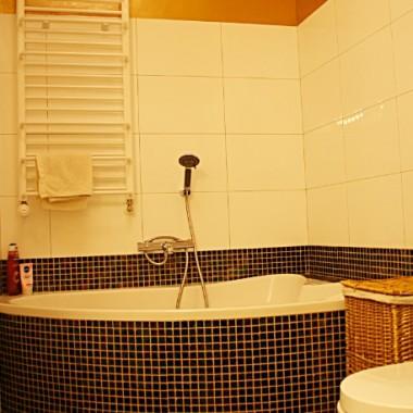 Mieszkanie dla dwojga młodych ludzi, którym zależało na wyróżniających tę przestrzeń szczegółach-jak ściany z efektem 3D w kontrastowych kolorach. Na podłodze w całym domu deska bambus karmel.