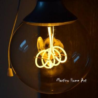 Idealna lampka na zbliżające się, niestety długie wieczory :)  Żarówka daje bardzo przyjemne światło, a jest to LED więc nie wydziela ciepła. Doskonała do salonu, ale również do sypialni. Wszystko w stylu retro. Oprawka mosiężno - porcelanowa, przewód trój - żyłowy, no i oczywiście sama wtyczka także.