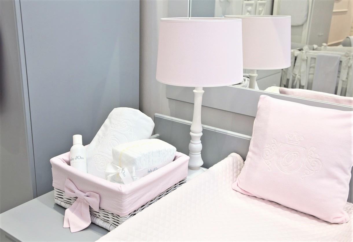 Kupię, Ekskluzywne oświetlenie do pokoju dziecięcego - Oświetlenie w pokoju dziecięcym to niezwykle istotny element aranżacji wnętrza. Wzrok Maluszka kształtuje się w pierwszych latach jego życia, z uwagi na to baby d'Oro stworzyło bezpieczne i zarazem stylowe oświetlenie. Lampki nocne i kinkiety nad łóżeczko delikatnie rozświetlają pomieszczenie, pozwalając na pielęgnację Maluszka, nie rażąc przy tym wrażliwych oczek niemowląt, które w pierwszych tygodniach życia wolą półmrok. Żyrandole baby d'Oro dają więcej światła zbliżonego do dziennego, dlatego idealnie sprawdzają się przy codziennych czynnościach oraz zabawach. Dopełnieniem oświetlenia pokoju są lampy podłogowe dające umiarkowane światło idealne do wieczornego czytania czy przygotowań do snu
