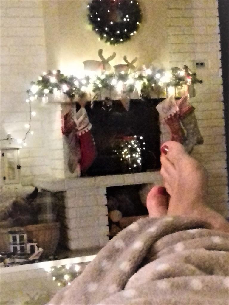 Salon, Ksiązki świąteczne-KOCHAM:) - niewyraźne, ale zrobione podczas świąt....mhhh uwielbiam ......przytulny kocyk, dobra książka, świąteczna herbatka i blask lampek i świec...niczego mi wtedy do szczęścia nie brakuje...;)))