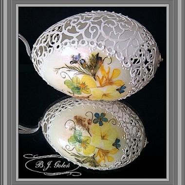 Pisanka ażurowa , jajko gęsie i suszone polne kwiaty
