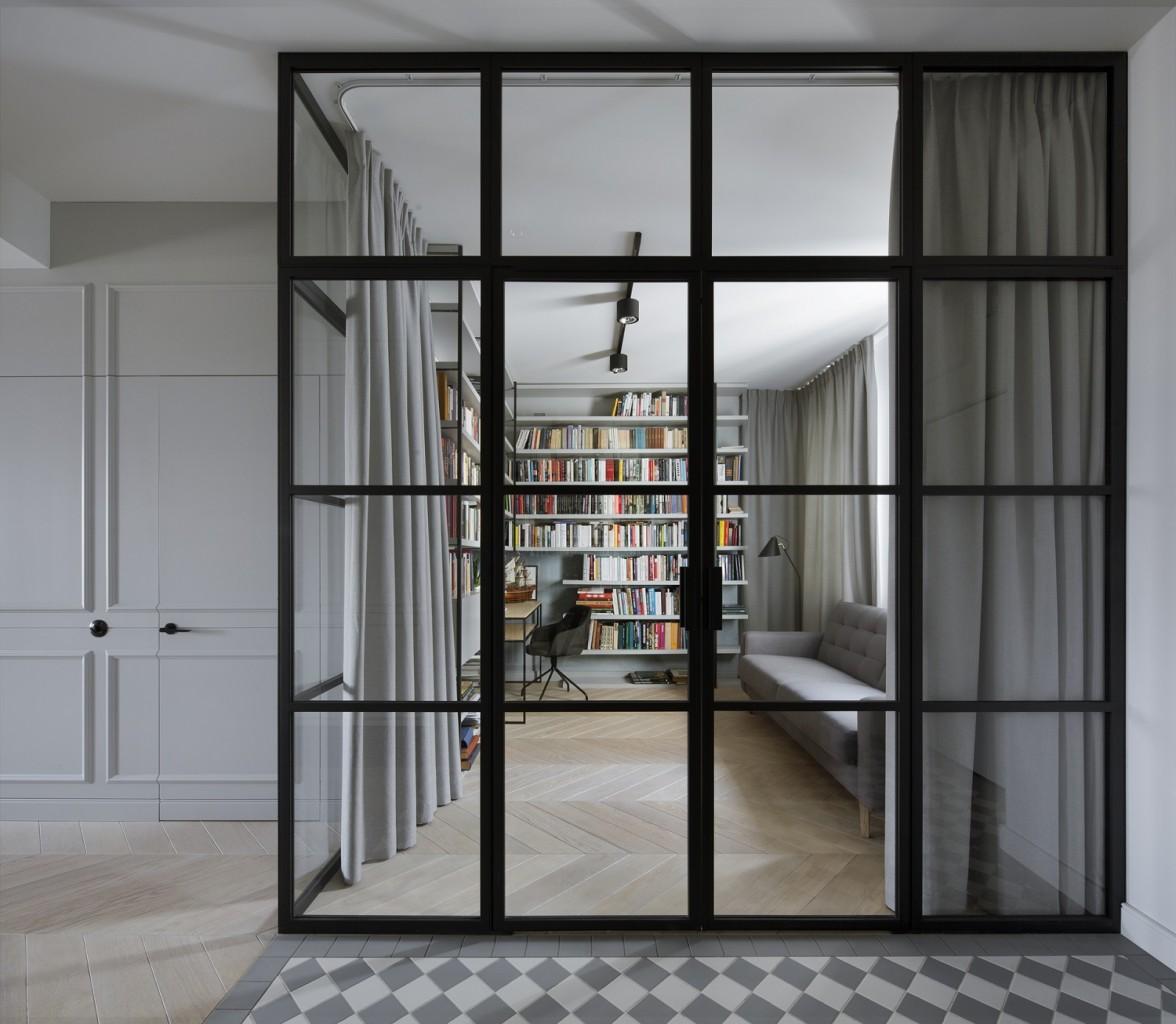 Domy i mieszkania, Apartament z prywatną biblioteką - Otwarta kuchnia została zaproponowana przez projektantów z pracowni Madama – w poprzednim układzie pomieszczenie było tradycyjne, zamknięte i mieściło się przy wejściu, tam, gdzie obecnie jest gabinet z biblioteką. Pokój ten został powiększony dzięki wnęce ze szklanymi drzwiami, dzięki którym naturalne światło dociera do holu.