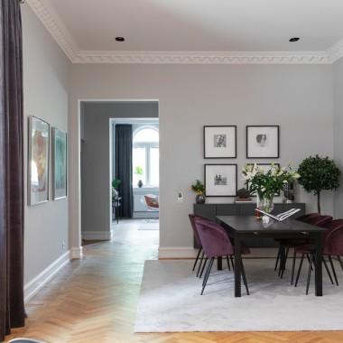 Ten przestronny apartament ma ponad 140 metrów kwadratowych. Wrażenie robi już od samego progu – pierwszym pomieszczeniem, jakie zobaczy wchodzący jest elegancki salon. A dalej jest jeszcze lepiej!źródło: https://bo-laget.se/webhp/home/start.php?id=1038059