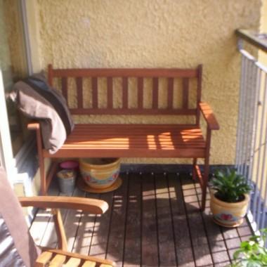 Kupiona razem ze stoliczkiem i krzesełkami (choć nie od kompletu) ławeczka - moje ulubione miejsce