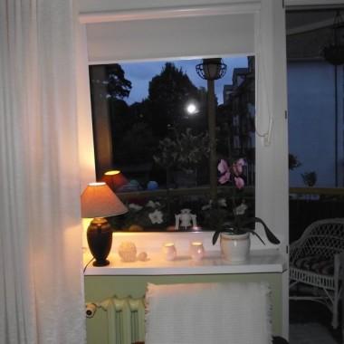 widok z okna w pokoju wieczorem