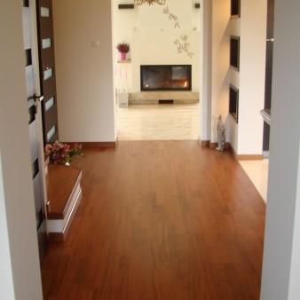 Kolor schodów delikatnie rózni sie od koloru podłogi w holu. Na zdjęciach tego nie widać w praktyce czujne oko dopatrzy sie roznicy w odcieniach.Schody - SAPELLA (drewno), hol - deska barlinecka kolor JATOBE