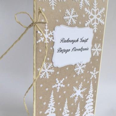 Cena: 10,00 złElegancka i nowoczesna kartka świąteczna utrzymana w stylu ekologicznym.Rozmiar po rozłożeniu to ok 21x21 cm, a złożona tworzy format DL, czyli ok 21x10,5cm.Wykonana z grubego 246g kremowego papieru, fakturowanego jak papier czerpany. Na Nim znajduje się warstwa 300g papieru z odzysku. Całość została ozdobiona ramką z napisem oraz białymi motywami świątecznymi. Całości dopełnia oprószenie sztucznym śniegiem.Kartka jest raczej płaska, idealna zarówno do wysyłki, jak i do osobistego wręczenia np. idąc w świąteczne odwiedziny.W środku znajdują się nadrukowane życzenia, do wyboru 3 wersje, otrzymają je Państwo po dokonaniu zakupu na adres mailowy lub pozostawią Państwo wybór mnie, wpisując to w wiadomości podczas zakupu.