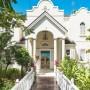 Domy sław, Cliff Richard sprzedaje posiadłość na Barbadosie - Cliff Richards to jeden z najpopularniejszych wokalistów z Wielkiej Brytanii, aktor filmowy i filantrop. Za swoje artystyczne osiągnięcia został odznaczony Orderem Imperium Brytyjskiego oraz tytułem szlacheckim.  IMP FEATURES/East News