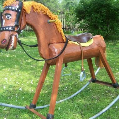Ogrodowy koń na biegunach