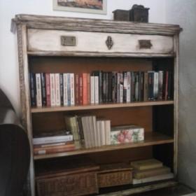 Starą szafkę przerobiłam na jeszcze starszą biblioteczkę