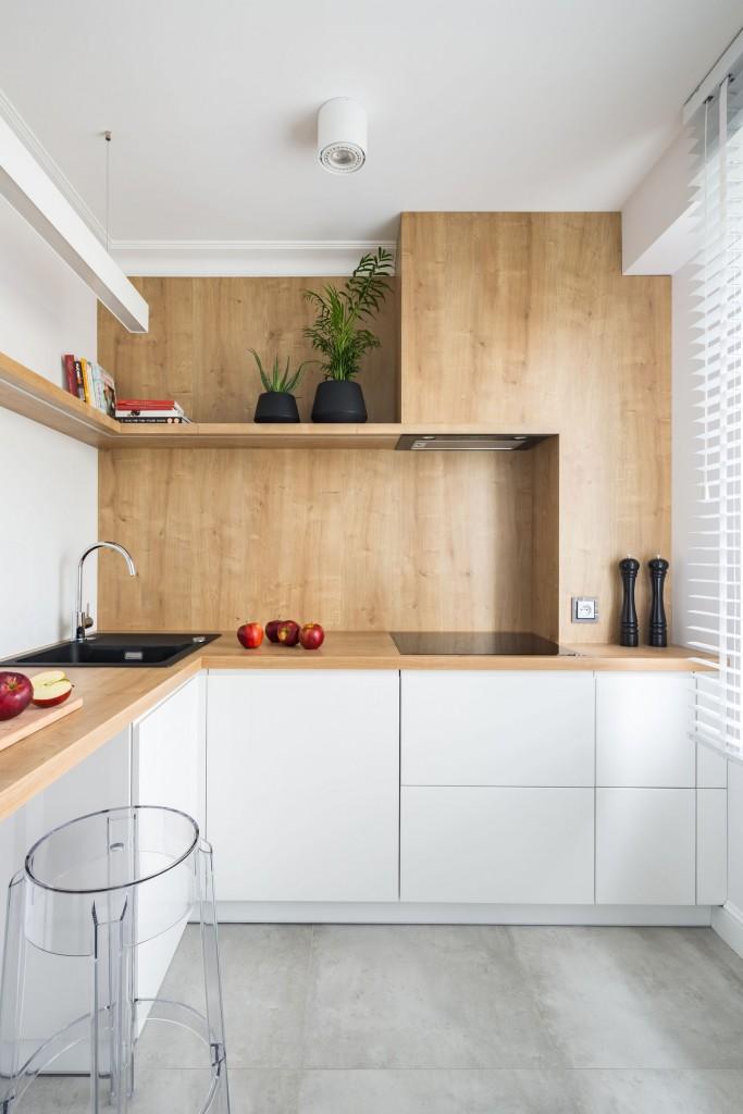 Kuchnia, Co na ściany w kuchni? - Drewno Dzięki nowym technologiom produkcyjnym i impregnacyjnym ściany kuchni coraz częściej obkładane są drewnem lub tworzywem drewnopochodnym. W zależności od upodobań wybierać możemy spośród paneli drewnianych, laminowanych, wodoodpornej sklejki, płyt wiórowych pokrytych fornirem oraz laminatów, oczywiście odpowiednio zabezpieczonych przed wodą i tłuszczem. Decydując się na takie wykończenie ścian, dopilnujmy właściwej konwersacji materiału. Panele posłużą nam bez zarzutu przez dłuższy czas, jeśli w systemie mocującym, na którym przytwierdziliśmy je do płaszczyzny ściany, nie powstaną szczeliny, narażone na kontakt z parą wodną.  Fot.123RF.com