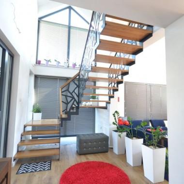 Schody ażurowe z metalową balustradą wraz z szklaną balustrada