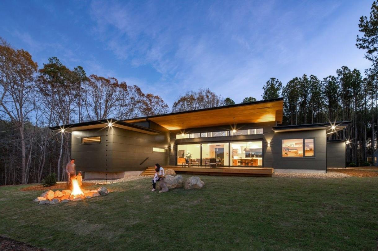 Domy i mieszkania, Rezydencja Baboolal – amerykański sen w Chapel Hill - Wszystkie okna są trzyszybowe i wyróżniają się wyjątkową transparentnością na poziomie Lt=74%. Projektanci zdecydowali się także na montaż drzwi tarasowych typu HS z oferty AWILUX z dwoma skrzydłami jezdnymi o powierzchni 22m² oraz głębokości zabudowy 153 mm. Zastosowano w nich szkło bezpieczne VSG/ESG – jest to szkło laminowane hartowane o wysokiej odporności na uszkodzenia. Współczynnik przenikalności cieplnej dla okna referencyjnego wynosi Uw=1,0.