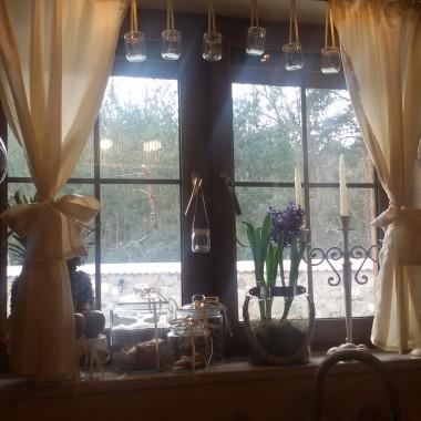 Dziś słońca u nas niewiele, ale jak się patrzy przez takie kuchenne okno, na którym stoją hiacynty to od razu jest milej na duszy