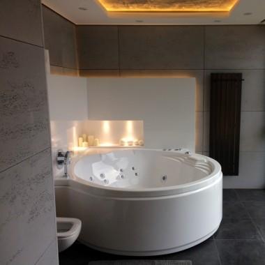 Betonowe panele Luxum sprawdzają się także w łazience.