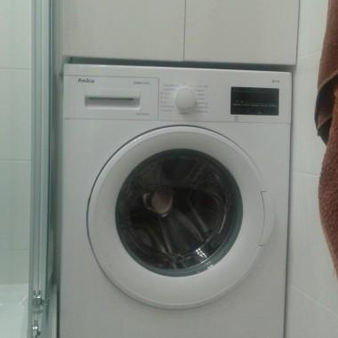 Zabudowa nad pralką wykonana przez męża fronty malowane na wysoki połysk dodatkowym atutem tej szafki jest bok od strony prysznica wysuwany żeby można było umyć boczną szybę prysznica :) na życzenie żony &#x3B;)