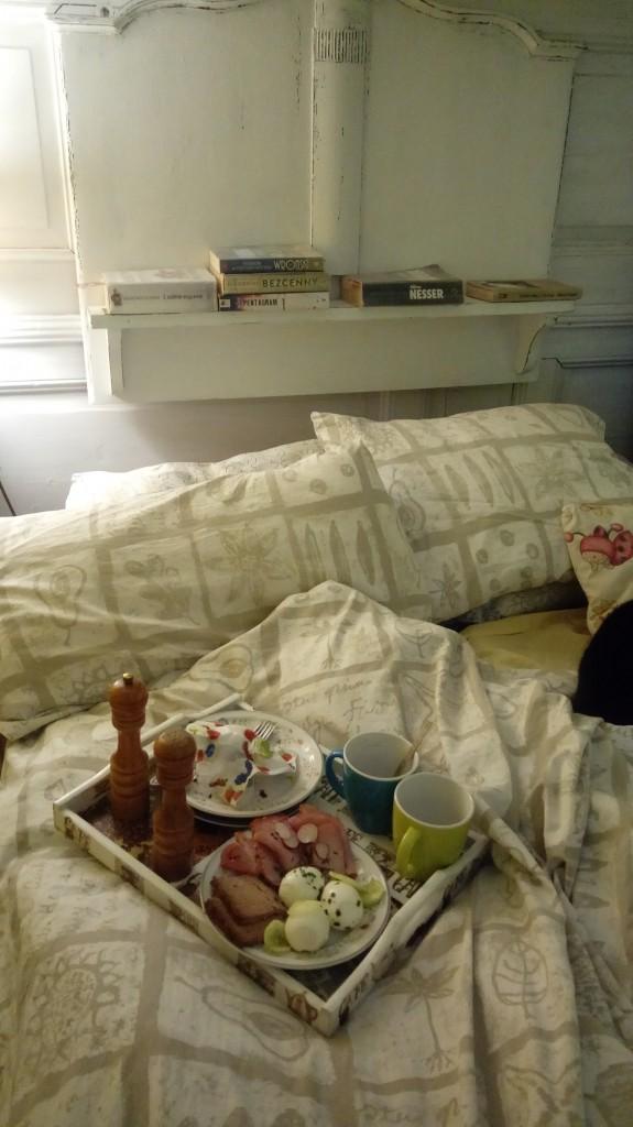 Sypialnia, Półka na książki - Tylko takie zdjęcie mogę pokazać :) Sypialnia wymaga remontu  A zdjęcie niestety kiepskie ...poprawię się  :)