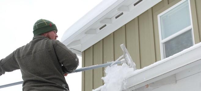 Co na temat odśnieżania dachów mówi prawo?