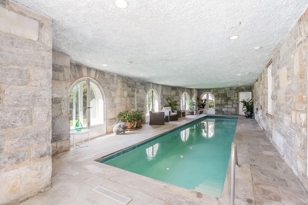 Domy sław, Michael Douglas i Catherine Zeta Jones kupili nowy dom - Na najniższym poziomie rezydencji znajduje się kryty basen, sala fitness, salon rekreacji / gier i letnia kuchnia na zewnątrz.   Fot. IMP FEATURES/East News
