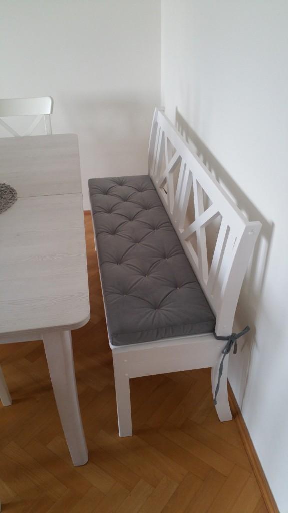 Przedpokój, Szara poduszka na siedzisko z eleganckim pikowaniem - Przedstawiam serię poduszek z gąbki w najbardziej popularnym odcieniu szarości - klasyczny popiel. Poduszki nadają się na ławki, na szafki, na wymiar wnęki, na krzesła i wszędzie tam, gdzie potrzebne jest eleganckie wykończenie powierzchni mebli.