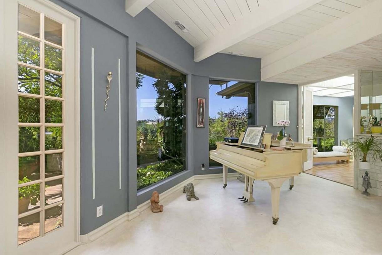 Domy sław, Nowy dom Annie Lennox - Jak na kompozytorkę i gwiazdę muzyki przystało, w salonie ustawiono  pianino.   Źrodło: IMP FEATURES/East News