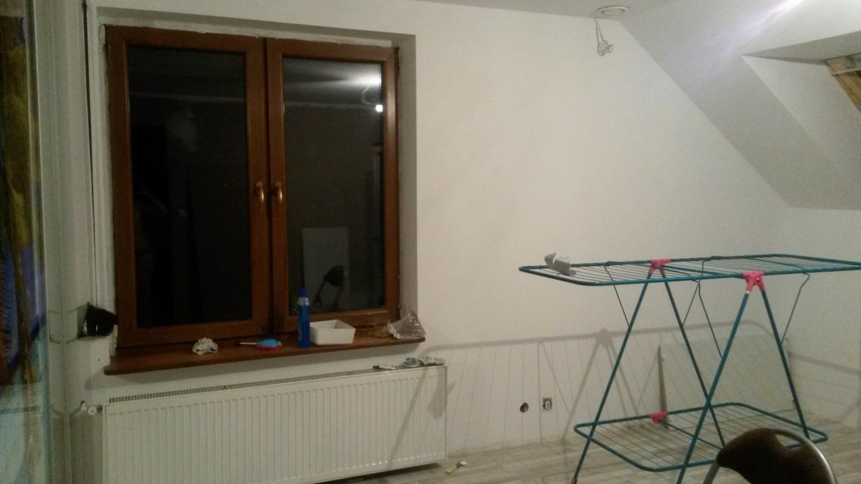 Domy i mieszkania, Sypialnia - Ściana przy szafie i skosie