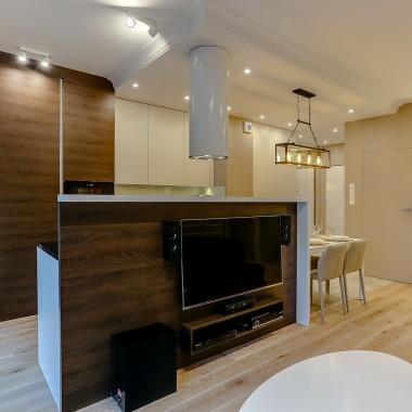 Salon z otwartą kuchnią i jadalnią.