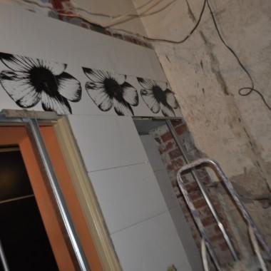 Moja łazieneczka w trakcie i po remoncie ....była oddzielnie toaleta i łazienka ,aby uzyskać większą powierzchnię zburzyliśmy ścianę dzielącą oba te pomieszczenia i powstała spora łazieneczka :))) Dzieło mojego zdolnego męża :)))))))) jak wszystko w naszym mieszkanku :)) Łazieneczka wymaga jeszcze dodatków ,ale od razu Rzymu nie zbudowali &#x3B;)