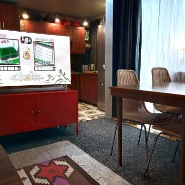 W niedalekiej przyszłości za telewizorem pojawi się drewniany panel oddzielający szafkę z telewizorem  od wyspy.