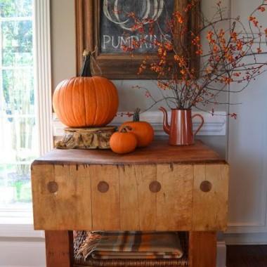 Już września czar nam nadszedł dzisiaj...Już wrzosy kwitną w ciemnym lesie.Zaczęły żółknąć pierwsze liście,I serce czuje bliską jesień...