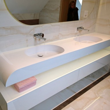 Duże umywalki na wymiar z blatem.Zdjęcie umywalki kompozytowej na wymiar firmy Luxum.Duże umywalki, w tym umywalki podwójne i wielostanowiskowe, wytwarzane w niepowtarzalnych, pojedynczych egzemplarzach.Najciekawiej wyglądają umywalki w wersji matowej z odpływami liniowymi.Nowoczesne umywalki Luxum w dowolnym kolorze, kształcie, rozmiarze.