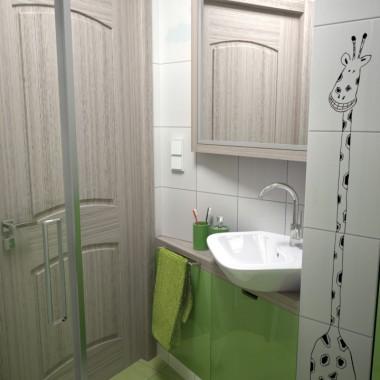 mała łazienka z żyrafami