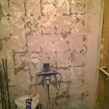 W trakcie remontu. Po lewej stronie znajduje się zamurowane wejście z przedpokoju, a po prawej znajduje się wnęka - pozostałość po przejściu z łazienki do kuchni (można było przejść z przedpokoju do kuchni, na przestrzał przez łazienkę, zamiast na około przez salon).