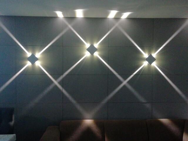 Oświetlenie, Kinkiet LED na betonowej ścianie - Do szarej, betonowej ściany doskonale sprawdzą się wąskie linie światła. Jeśli nie ma możliwości wykonania takiego oświetlenia za pomocą profili LED to dobrym pomysłem jest kinkiet, który zapewni liniowe oświetlenie w różnych kierunkach jak np. https://www.salonled.pl/pl/kinkiety-led/4575-kinkiet-led-elkim-lwa161.html