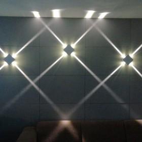 Kinkiet LED na betonowej ścianie