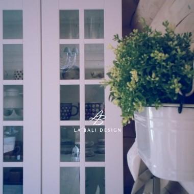 Projekt wnętrz domu z drewna. Dodatki i dekoracje w kuchni. Donica z ziołami.