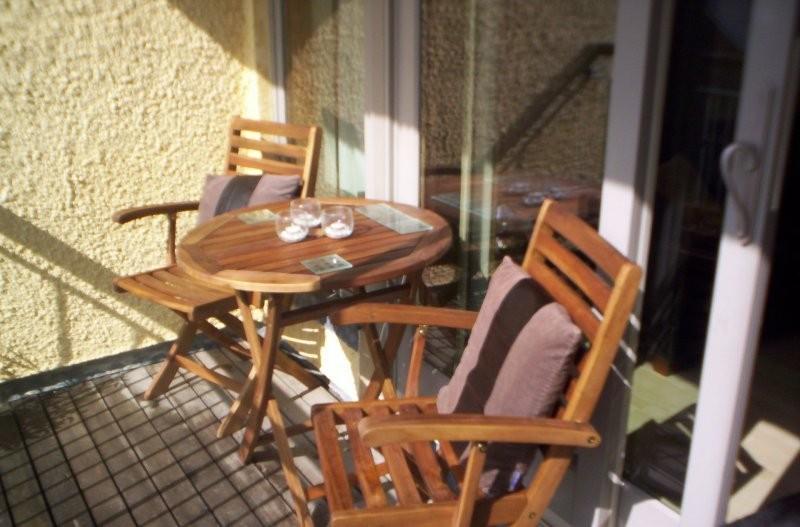 """Balkon, Mój """"tajemniczy ogród"""" - Nasz balkonik krótko po wprowadzeniu. Poniszczone deski i żadnej zieleni. Dopiero co kupione przez nas meble ogrodowe choć piękne kiepsko prezentują się w tej surowej scenerii"""