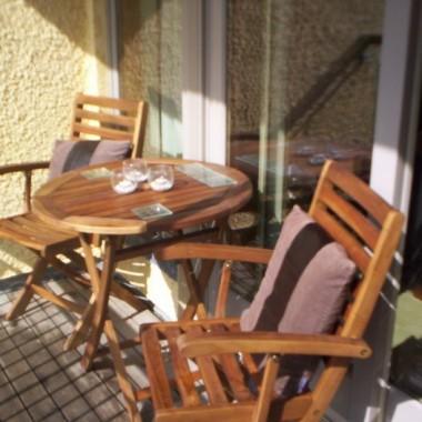 Nasz balkonik krótko po wprowadzeniu. Poniszczone deski i żadnej zieleni. Dopiero co kupione przez nas meble ogrodowe choć piękne kiepsko prezentują się w tej surowej scenerii