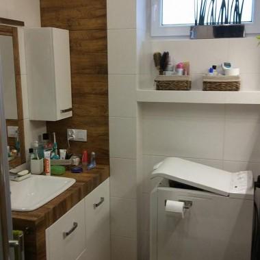 Łazienka drewno i biel.