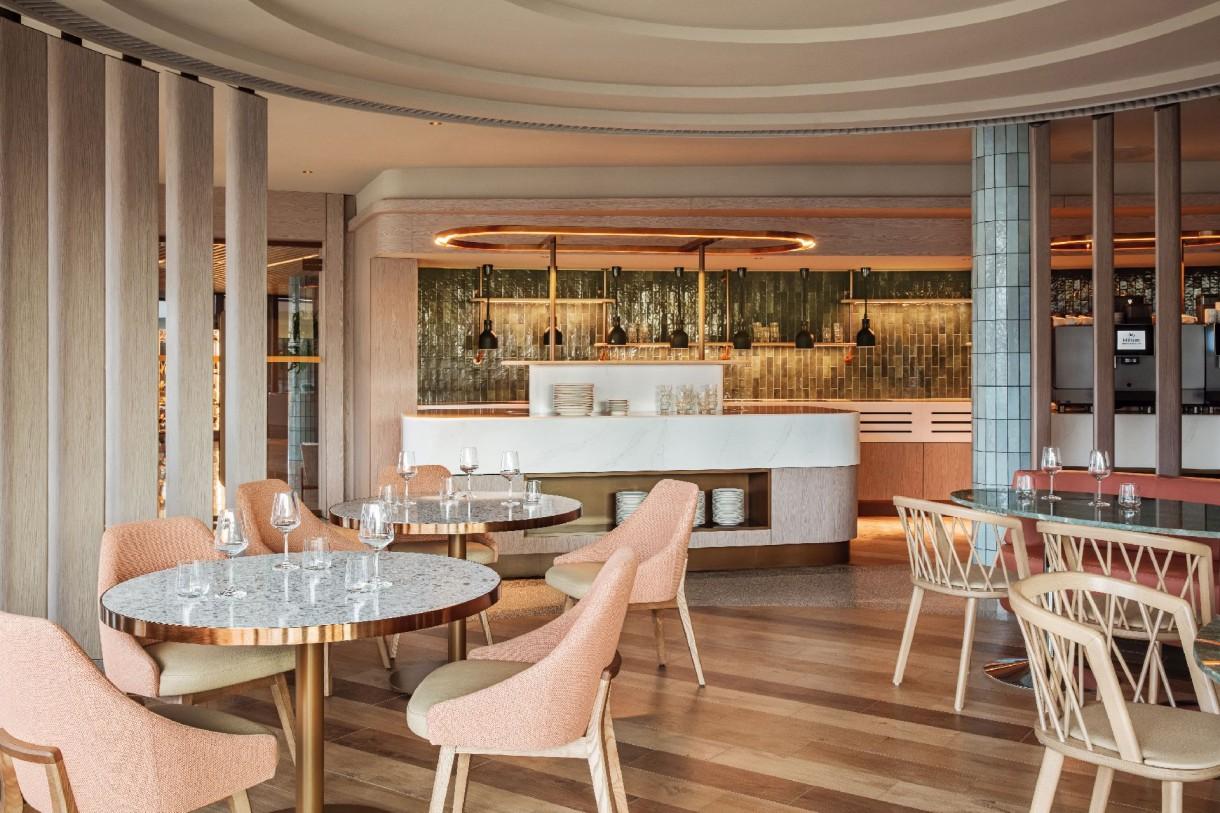 Pozostałe, Pierwszy w Polsce Hilton Resort - Konglomerat kwarcowy Silestone z białym tłem i delikatnymi szarawymi żyłkami odegrał ważną rolę w podkreśleniu klimatu obiektu. Został wybrany do wielu zastosowań; od blatów łazienkowych w pokojach i toaletach, powierzchni pokrywających bary, bufety i recepcję, po ekskluzywne wykończenia stolików kawowych lub paneli pionowych. Dzięki zastosowaniu tego materiału nawet najbardziej monumentalne konstrukcje w hotelu sprawiają wrażenie rozświetlonych i subtelnych.