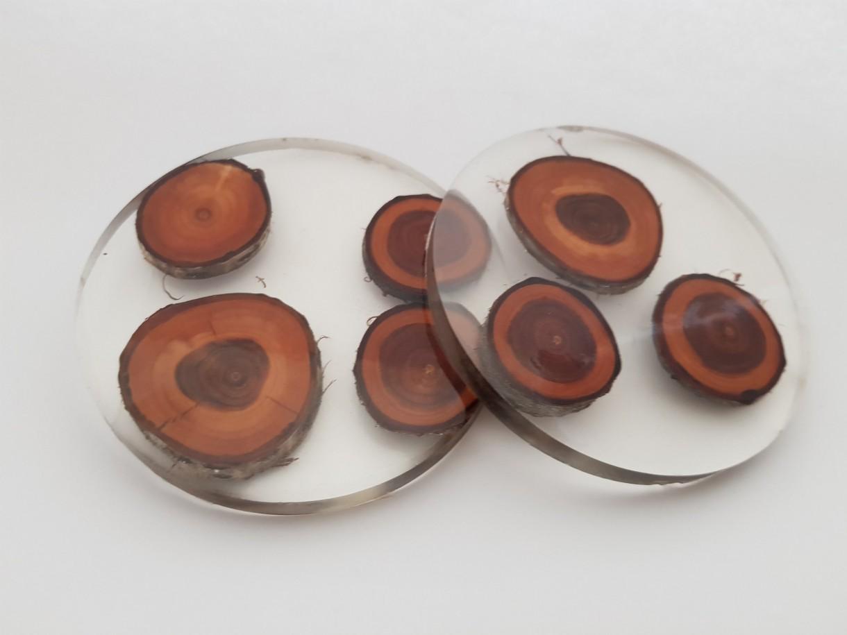 Dekoracje, Piękne kolorowe podkładki pod kubek - Wyjątkowe, ręcznie wykonane podkładki pod kubek z kawałkami drzewa zatopionego w żywicy, podkładki dekoracyjne. Material: Drewno + żywica Epo. Średnica: 10,5 cm  Unikatowy i niepowtarzalny wzór.  Podkładki posiadają antypoślizgowe łapki.  Podkładki przeznaczone do napojów zimnych bądź  letnich.Wykonane ręcznie: mogą nieznacznie różnić się grubością.