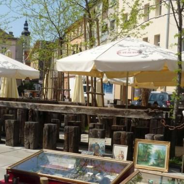 mały rynek jest odnowionym dawnym parkingiem