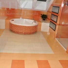 Dom z pomarańczową łazienką - realizacja
