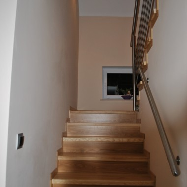 schody i korytarz na pięterku i jedno zdjęcie gabinetu