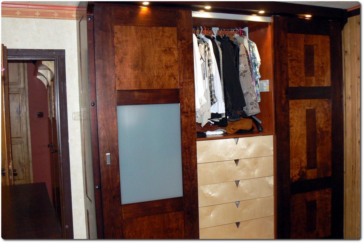 Garderoba, Szafy suwane z intarsją - Szafa 3-drzwiowa widok środkowy.