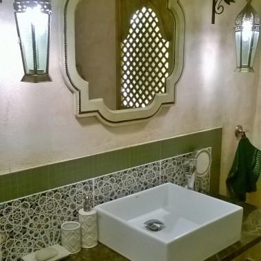 Olśniewająca łazienka w tonacji brązu i beżu