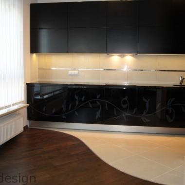 Czarne szkło z frezwoanym wzorem