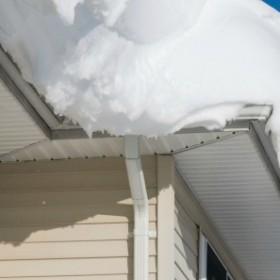 Dlaczego powinieneś odśnieżać swój dach?