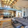 Domy sław, Michael Jordan sprzedaje swój dom w Utah - Główny salon jest wysoki na dwa piętra i bezpośrednio połączony z elegancką kuchnią.  Źródło: IMP FEATURES/East News